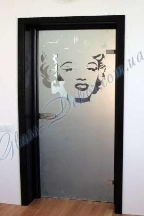 Стеклянная дверь в чёрной деревянной коробке