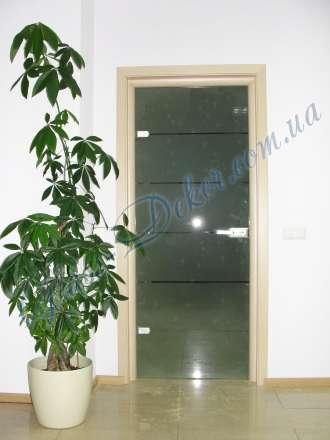 Стеклянные двери в деревянной коробке