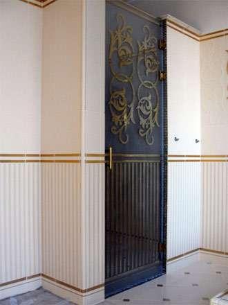 Стеклянные душевые кабины с распашными дверьми
