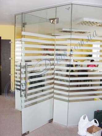 Стеклянные перегородки с распашными дверями