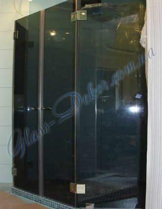 Угловая душевая с двумя дверьми под 135°